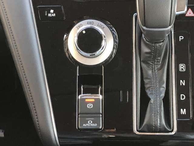 2WD、4WD、LOCKの切り替えは走行中いつでも可能。電動パーキングブレーキはしっかりとかけてくれます