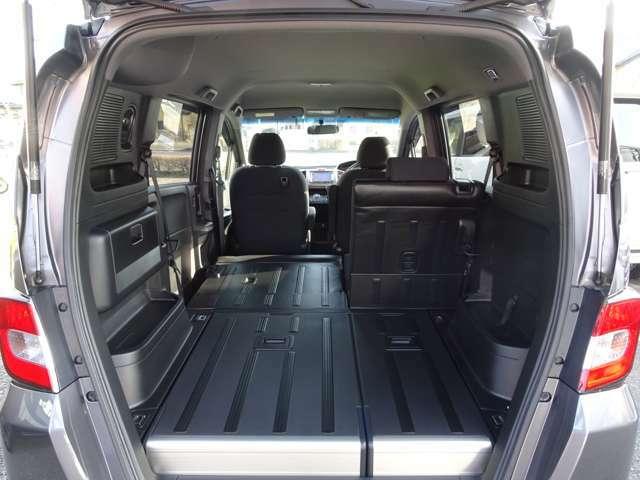 ≪ラゲッジスペース≫ 後席シートは分割されておりますので、乗車人数や荷物に合わせたシートアレンジが可能です!