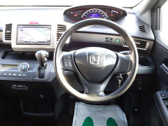 ≪ステアリングスイッチ≫ ステアリングから手を離すことなく、オーディオ操作が可能です! 視線を大きく逸らす必要がなく、安全運転に貢献します!!