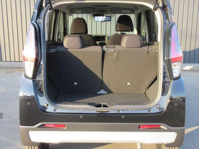 リヤシートの背もたれを前に倒すと大きい荷物が載せられます。