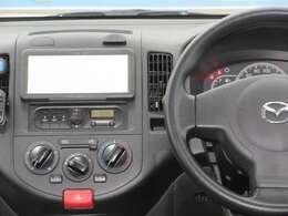 すっきりした運転席周りにはオーディオやエアコンの操作パネルを設置しておりますので、お一人での運転でもご安心できます。