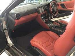 乗り心地を重視した助手席は柔らかなクッションフォームとし、よりリラックスしてお乗りいただけるデザインになっております。