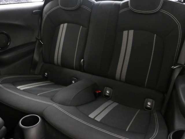 後部座席は倒して収納としてもご利用いただけます。