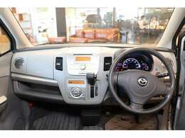 運転席に座ると目の前には広大なガラスエリアが出現。アイポイントも高くとても運転のしやすいお車になっております。