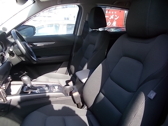 運転席はシートメモリー機能を備える10WAYパワーシートを装備!体格や好みに応じたポジションをスムーズに調整できます。