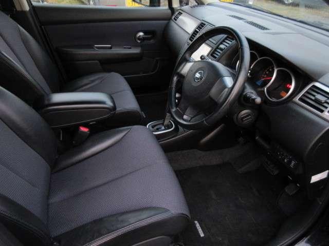ハーフレザーシートとなっており、おしゃれ且つ、高級感を感じさせる車内となっております!スマートキーとなっており、エンジンの始動も楽々!
