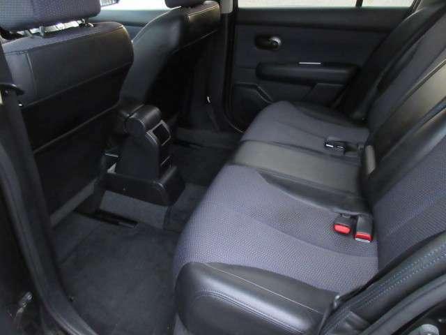 後席中央には、格納式ひじ掛けみございます!ドリンクフォルダーお装備しており、お乗り頂く人数に合わせて快適にお乗り頂けます!