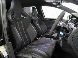ヘッドレスト一体型の専用レカロスポーツシート(シートヒータ付き)が特徴!