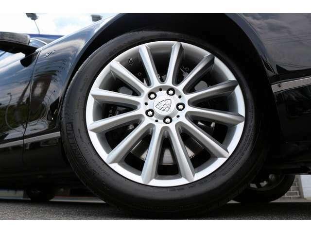 純正20インチホイール!300万円相当のマイバッハホイール!タイヤサイズ フロントリアともに、275/45R20 の設定となります!ピレリタイヤです!