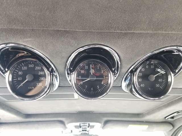 後席にもメーター装備!スピードメーター、回転数、温度が表示されます。
