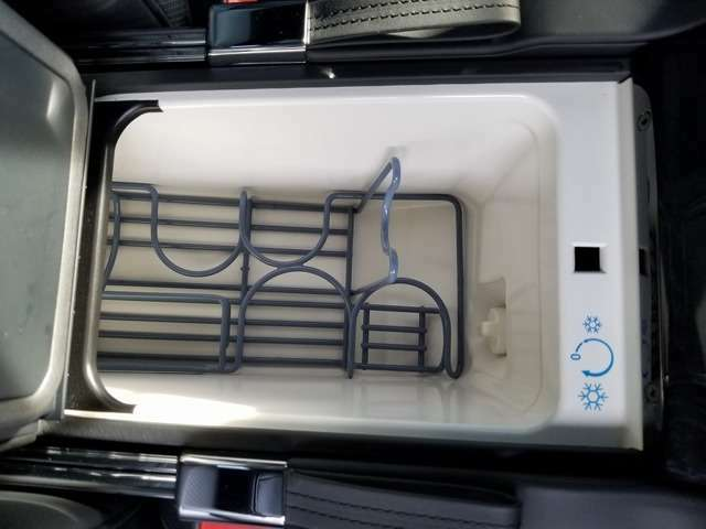 車内充実しております。リアには冷蔵庫、シートの温度調節、ドリンクホルダー、シートメモリなどももちろん装備しております!