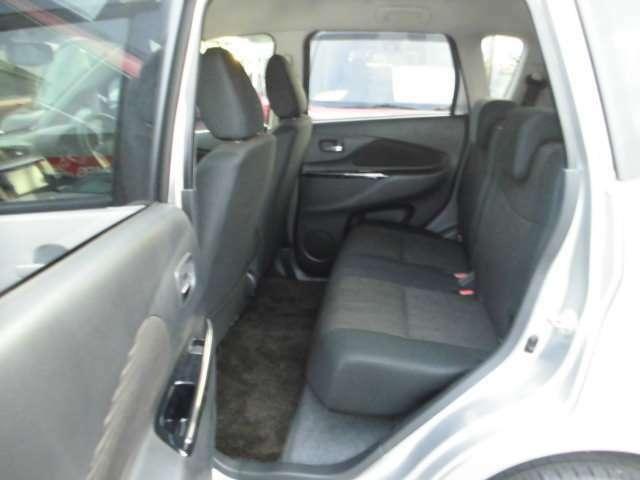 後席足元空間もゆったり。座面も厚く快適です。
