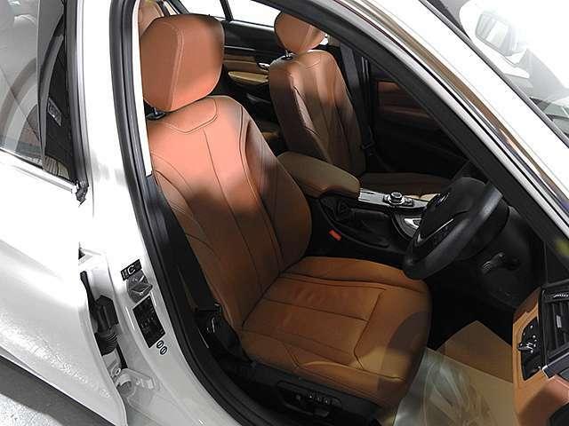 サドルブラウンレザーシート&シートヒーター&シートメモリー付き電動調整パワーシート装備。