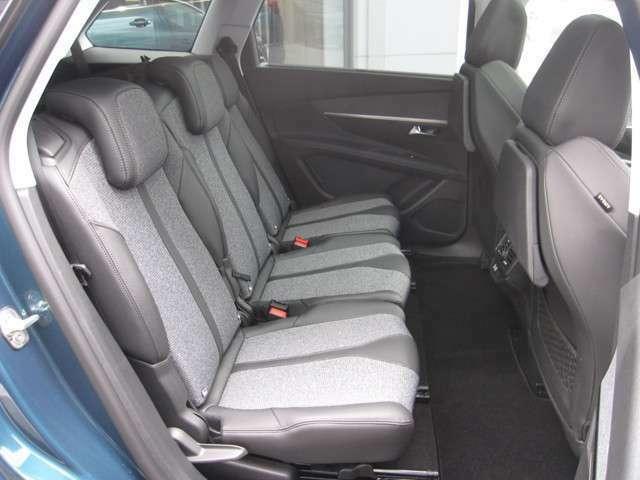 後部座席は3座独立シートでシートアレンジも便利です!