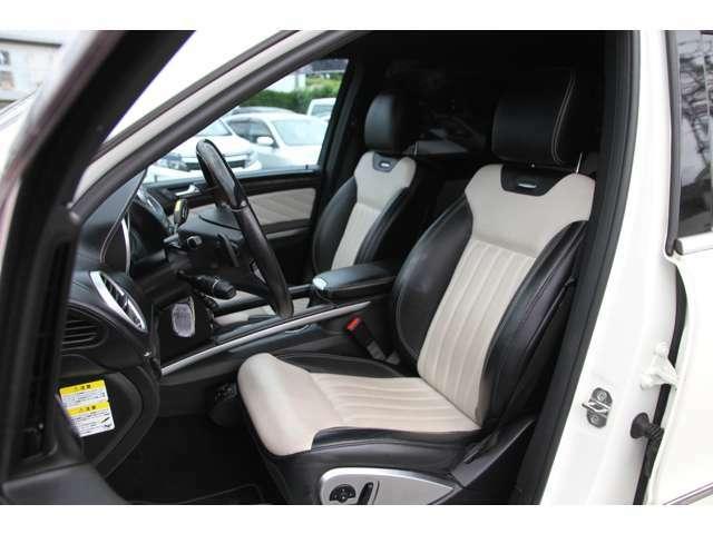専用ナッパレザーシート装備☆黒色×乳白色のシートがとても上質感があります!その他専用レザーインテリアとなっております♪