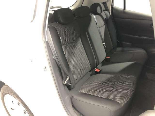 大人5人が乗っても余裕のある後席シートです。足元の広さや、分厚いシート地など寛いで長い間座っていただけます。