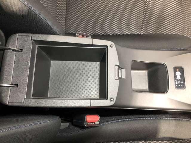 アームレストの中にも収納スペース!運転席周りをすっきり保てます!