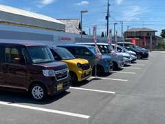 店舗裏には高品質な中古車を集めた展示場がございます!現在20台を展開中です。