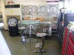 ☆商談スペースには珍しい車・大径アルミホイールが展示してあります。一度お店を覗いてみませんか?ワクワクしますよっ!