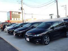 当店では中古車を道路沿いに展示しております。軽自動車~普通車まで幅広く展示しております。