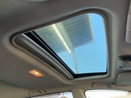 開放感あふれるドライブをお楽しみいただけるサンルーフを装備。天気の良い日にサンルーフを開けると気分が高まりますね☆