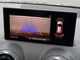 【リヤビューカメラ】車両後方の映像を映し出し、舵角に基づいて計算された経路を画面に示して駐車操作をサポートします。