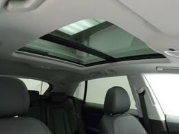 電動パノラマサンルーフ     ガラス部分の開閉やチルトアップ、遮光ブラインドも電動操作が可能です。快適で明るい室内空間をもたらすとともに効率的なベンチレーションによって室内環境の向上も実現します。