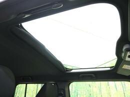 人気装備!!【ガラスルーフ】開放的なガラスルーフからは、温かい陽の光が車内に差し込みます。