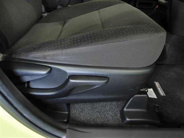 運転席シートリフター装備!シートの上下調整で運転操作の視界を確保できます。