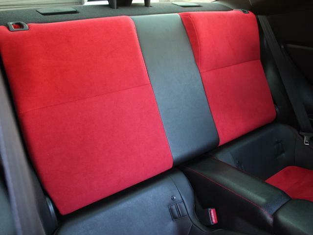 後席の色合いもレーシーな仕様となっております!