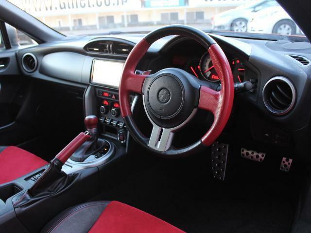 車内はブラックとレッドを使用したレーシーな雰囲気となっております!