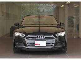 デザイン・ボディカラーが都会的な建物にも非常に良く映えます。クール・知的。Audiの持つ「品の良さ」が伝わってきます。