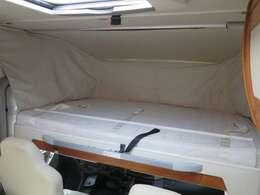 運転席・助手席上部にプルダウンベットがございます!こちらも大人の方2名様分の就寝スペースです♪
