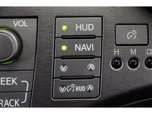 ヘッドアップディスプレイ(HUD)を搭載しています。運転に必要な情報をフロントガラスの視野内に投影することで視線を外さず確認できます。焦点移動が少なくて済むので安全性の向上に貢献します。