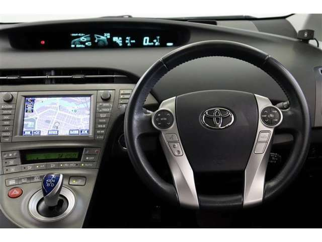 ステアリングスイッチでオーディオ操作や、空調の操作が出来ます。走行中に視線を逸らさず出来る手元操作は安全運転につながります!