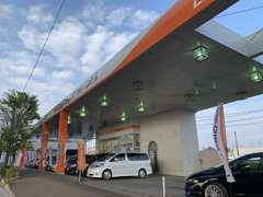 仙台コロナワールドさんから仙台東インター方面へ車で5分です!オレンジとホワイトの、屋根のある展示場になっております!