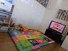 店内にはキッズコーナーを設けております!ゲーム機もありますので、お子様にもくつろいで頂けるスペースをご用意しております!