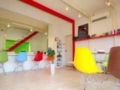 店舗1F 打合せ・商談スペースです。ポップで清潔感のある内装で心地よく過ごすことができるよう務めています!