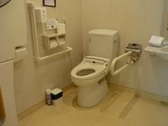 車椅子でも安心!多機能トイレも完備しております♪