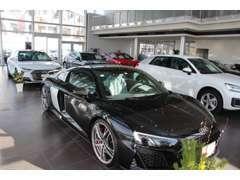 広々とした屋外展示場。Audi認定中古車を多数取り揃えてます。