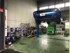 3店鋪共通の自社整備工場、塗装ブースを完備。アメ車はもちろん欧州車の扱いに精通した整備スタッフが在中しております。
