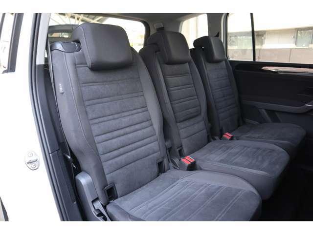全席独立型のシートには、3点式シートベルトを標準装備し、7席全てに高い安全性を確保しています。