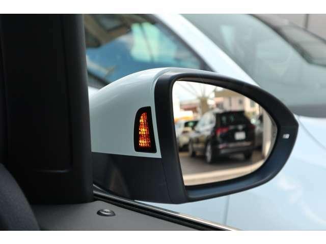 サイドアシスト機能を搭載。死角となる後方側面に車両を検知した際にドライバーが方向指示器を操作するとドアミラー内臓の警告灯が点灯し注意を促します。