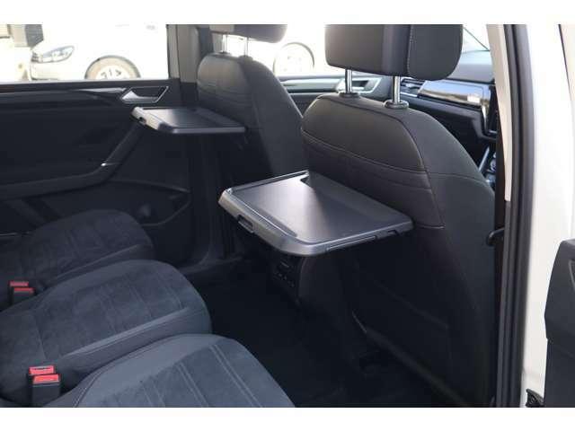 ピクニックテーブルをシートバックに装備。あると便利な装備です。