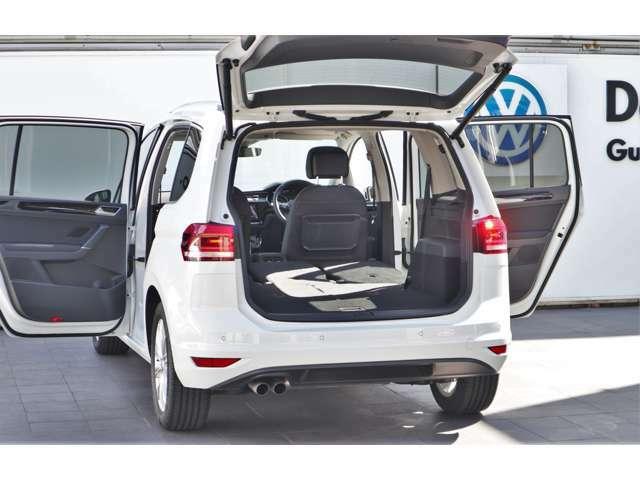 リアゲートはワンタッチで開閉可能です。また、高さの調整も出来ますので、天井の低い車庫に車を停める方や、身長の低い方でも楽々・便利にご利用いただけます。