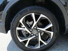 タイヤサイズ225/50R18のスタイリッシュな印象を与える純正アルミホイールです。