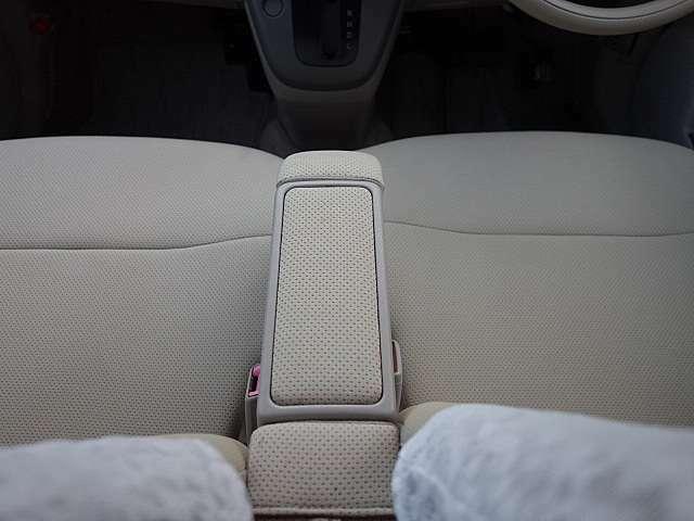 便利なアームレスト付きのフロントシート!