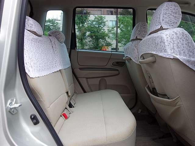 後部座席もゆとりがあって4人定員乗車でストレスなくお乗りいただけます。
