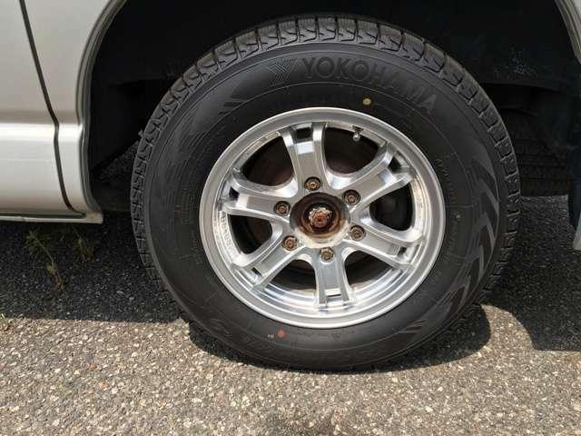 スタットレスタイヤが付いています。夏用タイヤも付いています。
