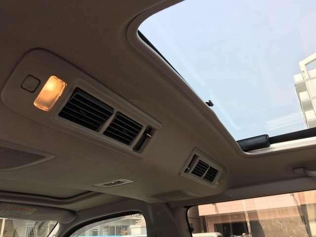 Wエアコンで後部座席も快適にドライブなど楽しめますね。